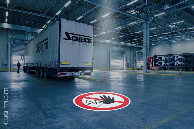 Signalétique lumineuse de sécurité au sol pour usine et site industriel